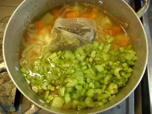 鍋にカレーの材料を入れる