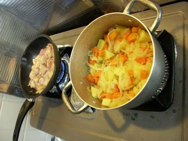 野菜を煮込みつつ肉をやく
