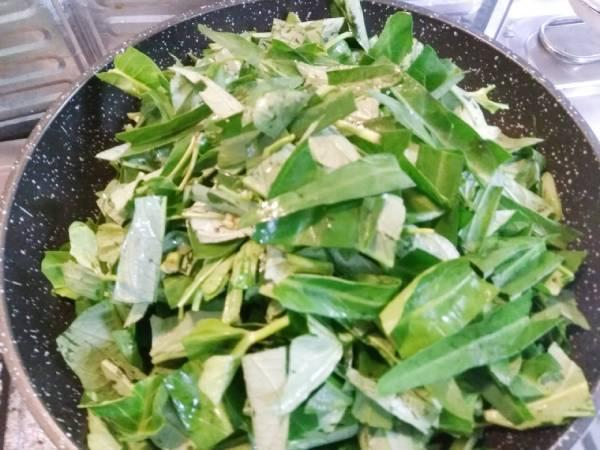 ウンチェーバーの葉を炒める