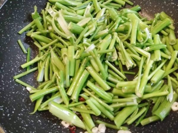 茎を炒める